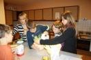Die Minis beim Lebkuchen backen